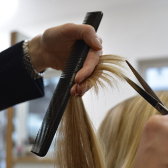 Angelika Bunde beim Haarschnitt