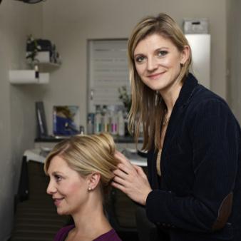 Angelika Bunde frisiert eine Kundin